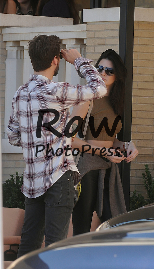 Scott Disick y Kendall Jenner han salido de compras en Beverly Hills.<br /> <br /> Photo &copy; 2014 SMJ/The Grosby Group<br /> <br /> Los Angeles, December 23, 2014<br /> <br /> In-Laws Scott Disick and Kendall Jenner seem to be happy while doing some last minute christmas shopping at Barneys New York in Beverly Hills, CA.
