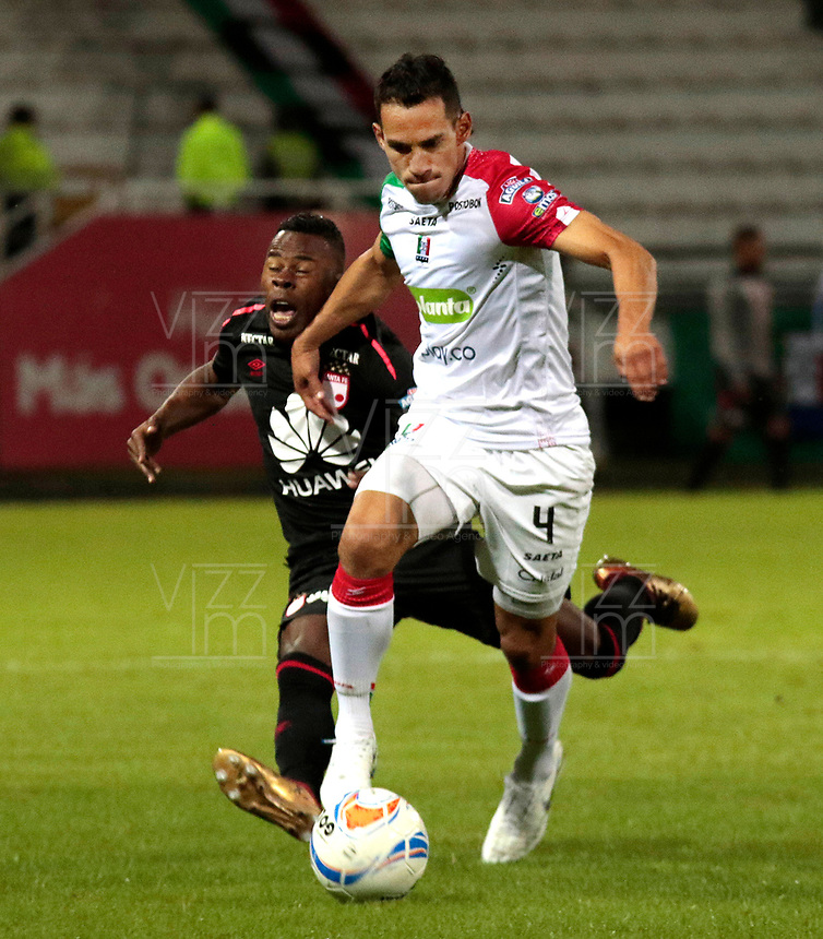 MANIZALES - COLOMBIA, 17-10-2018: Diego Arias (Der) de Once Caldas disputa el balón con Carlos Arboleda (Izq) de Independiente Santa Fe por la fecha 15 de Liga Águila II 2018 jugado en el estadio Palogrande de la ciudad de Manizales. / Diego Arias (R) player of Once Caldas fights for the ball with Carlos Arboleda (L) player of Independiente Santa Fe during match for the date 15 of the Aguila League II 2018 played at Palogrande stadium in Manizales city. Photo: VizzorImage / Santiago Osorio / Cont