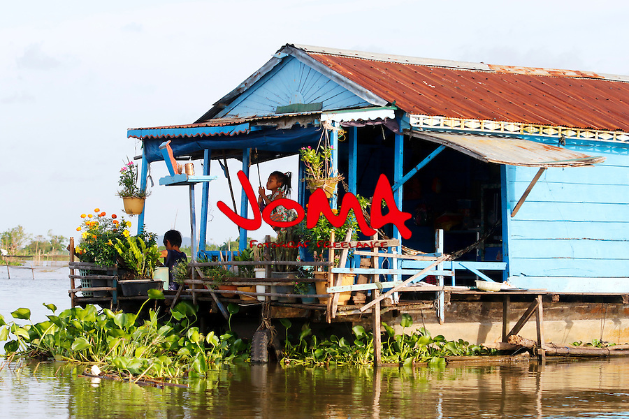 CHILDREN PLAYING AT HOUSE IN CHONG KOS FLOATING VILLAGES AT TONLE SAP RIVER