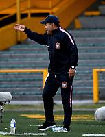 BOGOTÁ - COLOMBIA, 22-07-2018: Jhon Jaime Gómez, técnico, de Boyacá Chicó F. C., durante partido de la fecha 1 entre Millonarios y Boyacá Chicó F. C., por la Liga Aguila II-2018, jugado en el estadio Nemesio Camacho El Campin de la ciudad de Bogota. / Jhon Jaime Gomez, coach of Boyaca Chico F. C., during a match of the 1st date between Millonarios and Boyaca Chico F. C., for the Liga Aguila II-2018 played at the Nemesio Camacho El Campin Stadium in Bogota city, Photo: VizzorImage / Luis Ramirez / Staff.