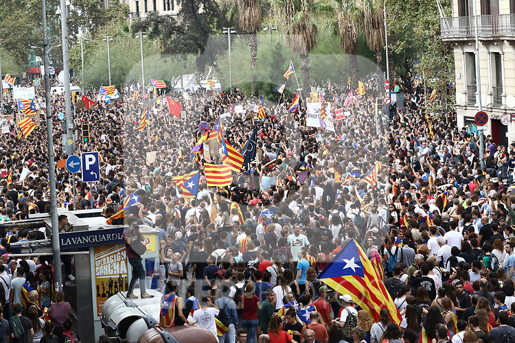 Thousands of people demonstrate in support of the General Strike for the Independence of Catalonia and against the National Police and Civil Guard. October  3, 2017. (ALTERPHOTOS/Juan Carlos Rojas)