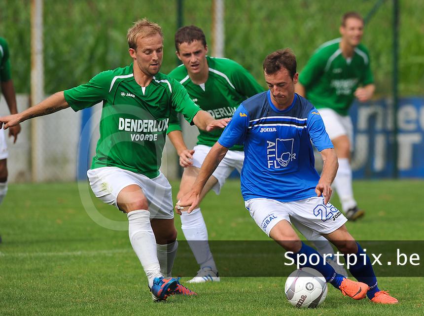 KSV De Ruiter - SV Voorde : Jan Verhelst probeert af te raken van Michiel Hellebaut (achter) en Jonathan Paerewijck (links).foto VDB / Bart Vandenbroucke