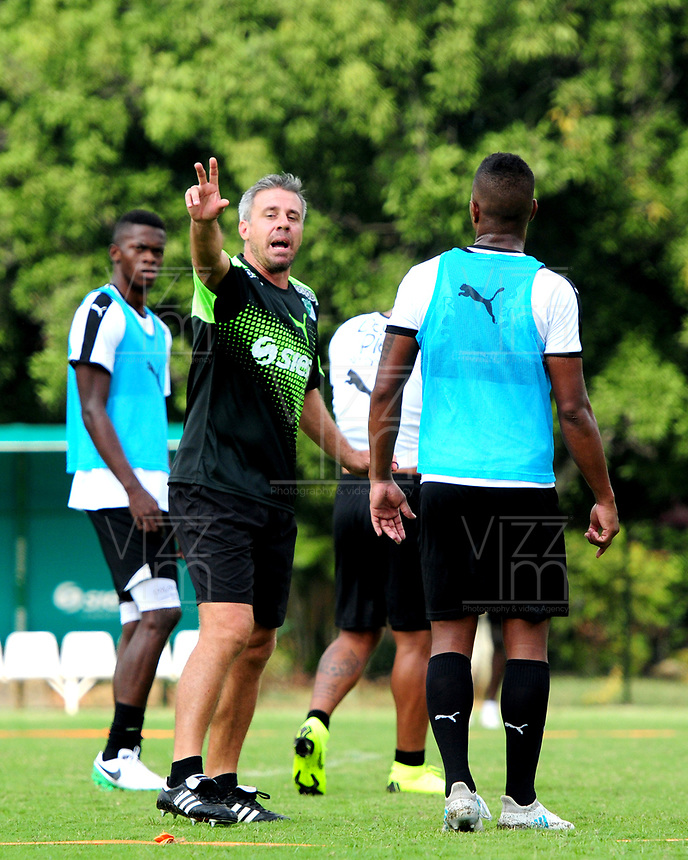 CALI - COLOMBIA, 08-01-2019: Lucas Pussineri (Izq.), técnico del Deportivo Cali, da instrucciones a los jugadores durante entrenamiento previo a la Liga Águila I 2019 en la sede campestre del Club en Pance, Colombia. / Lucas Pussineri (L), coach of Deportivo Cali, gives instructions to the players, during training prior the Aguila League I 2019 at sporting headquarters in Pance, Colombia. Photo: VizzorImage/ Nelson Ríos / Cont.