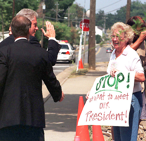 United States President Bill Clinton waves to an unidentified woman for whom he stopped the motorcade during the return trip from Herndon Elementary School in Herndon, Virginia on August 31, 1998..Credit: Ron Sachs / CNP
