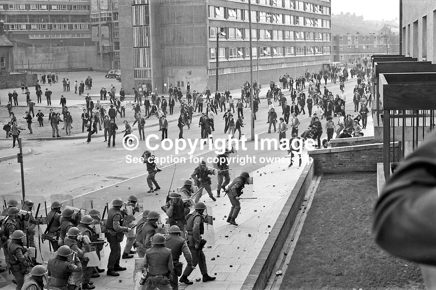 British soldiers clash with rioters in Rossville Street in the Bogside district of Londonderry, N Ireland, UK. Sporadic rioting still occured after the arrival of the British Army. September 1969. 1969090045.<br />
