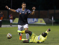 FLORIDABLANCA -COLOMBIA-8-MAYO-2016. Michael Segura del Envigado FC disputa el balón con  el Bucaramanga durante partido por la fecha 17 de Liga Águila I 2016 jugado en el estadio Alvaro Gómez Hurtado./ Michael Segura of  Envigado FC fights the ball against Bucaramanga during the match for the date 17 of the Aguila League I 2016 played Alvaro Gomez Hurtado . Photo: VizzorImage / Duncan Bustamante / Contribuidor