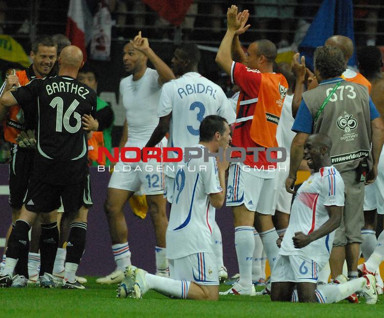 FIFA WM 2006 -  Round of Sixteen - / Viertelfinale <br /> Play    #60 ( 01. Juli) -  Brasilien - Frankreich<br /> <br /> Die franz&circ;siche Mannschaft feiert mit den Fans den Einzug ins HAlbfinale gegen Portugal<br /> <br /> Foto &copy; nordphoto