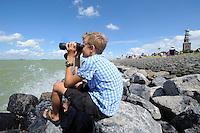 ZEILSPORT: HINDELOOPEN: 03-08-2013, IFKS skûtsjesilen, A Klasse afgelast vanwege te harde wind, 11 jarige Allard Bakker uit Oudega SM was in afwachting van de skûtsjes, ©foto Martin de Jong