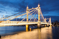 Great Britain, London, Chelsea: Albert Bridge over the River Thames from Battersea Park at dusk | Grossbritannien, England, London, Chelsea: Albert Bridge ueber die Themse am Battersea Park am Abend