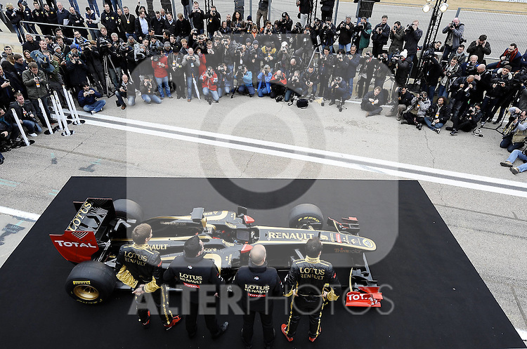 31.01.2011, Street Circuit. Jerez, ESP, Formel 1 Test 1 Valencia 2011,  im Bild  Lotus Renault GP R31 Launch 2011 - Robert Kubica (POL), Lotus Renault GP - Vitaly Petrov (RUS), Lotus Renault GP - Eric Boullier (FRA), Team Chef Renault F1 Team  Foto: nph / Dieter Mathis