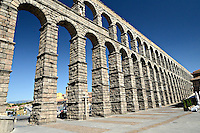 Aquaedukt von Segovia: SPANIEN, KASTILIEN LEON, SEGOVIA, 28.07.2011: Das Aquaedukt in Segovia in Zentralspanien stammt aus der Bluetezeit des roemischen Imperiums. Es wurde wahrscheinlich unter Trajan (98-117 n. Chr.) erbaut...Das Aquaedukt gilt als Meisterwerk der roemischen Ingenieurskunst und war Teil der Wasserleitung, die Wasser von den 15 Kilometern entfernten Huegeln in die Stadt Segovia leitete...Antiquitaet, Antiquitaeten, aquaedukt, architektur, aussicht, blick, bogen, daraus, roemisch, etruskisch, fluss, fussruecken, gewoelbe, gross, grosse, grosser, grosses, hoch, hochstrasse, hohe, hoher, hohes, ingenieurwesen, jahrhundert, klassische, klassischer, klassisches, Kultur, Kunst,  Puente, Riofrio, roemische, roemischer, roemisches, spanische, spanischer, spanisches, staetten, technik, technisch, technische, planung, ueberfuehrung, viadukt, von wasser, Weaaser weg, Wasserstrasse, Trinkwasser, .c o p y r i g h t : A U F W I N D - L U F T B I L D E R . de.G e r t r u d - B a e u m e r - S t i e g 1 0 2, .2 1 0 3 5 H a m b u r g , G e r m a n y.P h o n e + 4 9 (0) 1 7 1 - 6 8 6 6 0 6 9 .E m a i l H w e i 1 @ a o l . c o m.w w w . a u f w i n d - l u f t b i l d e r . d e.K o n t o : P o s t b a n k H a m b u r g .B l z : 2 0 0 1 0 0 2 0 .K o n t o : 5 8 3 6 5 7 2 0 9. V e r o e f f e n t l i c h u n g  n u r  m i t  H o n o r a r  n a c h M F M, N a m e n s n e n n u n g  u n d B e l e g e x e m p l a r !...