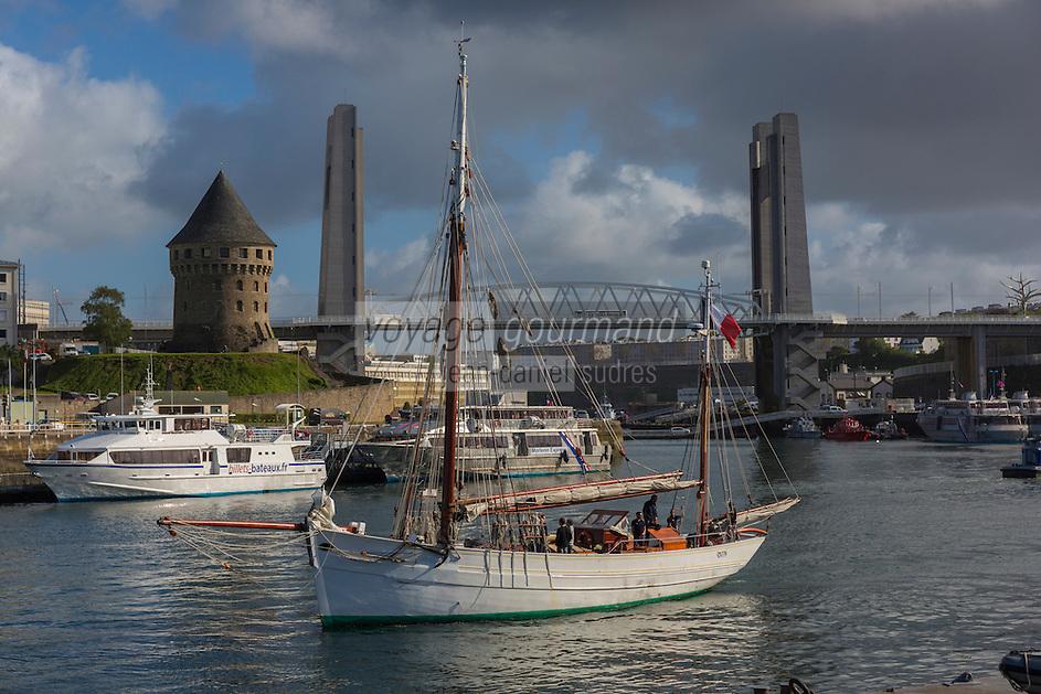 France, Bretagne, (29), Finistère, Brest:  Base Navale et Arsenal de Brest, Quais de la Penfeld, Tour Tanguy , Pont de Recouvrance et le Mutin cotre de la Marine nationale française servant de navire-école.