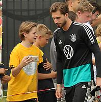 Kevin Trapp (Deutschland Germany) gibt den wartenden Fans Autogramme und macht Selfies - 04.06.2019: Training der Deutschen Nationalmannschaft zur EM-Qualifikation in Venlo/NL