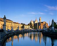Italy, Veneto, Padua: Prato della Valle and Santa Giustina at sunset | Italien, Venetien, Padua: Prato della Valle und Santa Giustina bei Sonnenuntergang