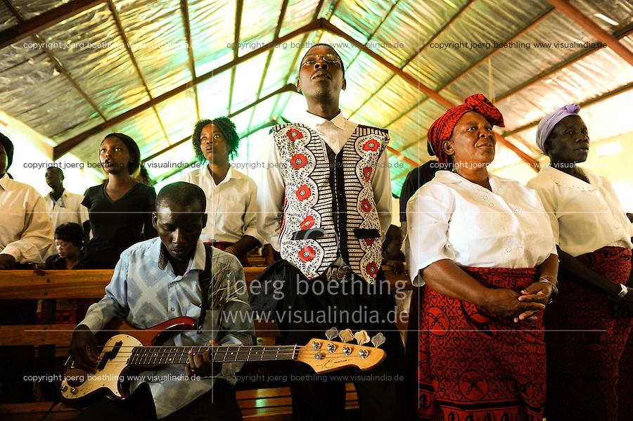 ZAMBIA Barotseland, Mongu, women attend mass at catholic church /  SAMBIA Barotseland Mongu, Frauen singen im Gottesdienst der katholischen Kirche