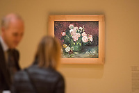 """Ausstellung """"Van Gogh. Stillleben"""" im Potdamer Museum Barberini.<br /> Die Ausstellung versammelt in einer repraesentativen Auswahl 27 Gemaelde. Von den in dunklen Erdtoenen gehaltenen Studien des Fruehwerks der Jahre 1881–1885 bis zu den in leuchtenden Farben gemalten Obst- und Blumenstillleben, die in den letzten Lebensjahren entstanden.<br /> Im Bild: Das Gemaelde """"Rosen und Pfingstrosen"""".<br /> 24.10.2019, Potsdam<br /> Copyright: Christian-Ditsch.de<br /> [Inhaltsveraendernde Manipulation des Fotos nur nach ausdruecklicher Genehmigung des Fotografen. Vereinbarungen ueber Abtretung von Persoenlichkeitsrechten/Model Release der abgebildeten Person/Personen liegen nicht vor. NO MODEL RELEASE! Nur fuer Redaktionelle Zwecke. Don't publish without copyright Christian-Ditsch.de, Veroeffentlichung nur mit Fotografennennung, sowie gegen Honorar, MwSt. und Beleg. Konto: I N G - D i B a, IBAN DE58500105175400192269, BIC INGDDEFFXXX, Kontakt: post@christian-ditsch.de<br /> Bei der Bearbeitung der Dateiinformationen darf die Urheberkennzeichnung in den EXIF- und  IPTC-Daten nicht entfernt werden, diese sind in digitalen Medien nach §95c UrhG rechtlich geschuetzt. Der Urhebervermerk wird gemaess §13 UrhG verlangt.]"""