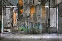 Renta't les mans<br /> <br /> Insults en un grafit declaren la brut&iacute;cia,<br /> el crit de la mis&egrave;ria,<br /> la lenta destrucci&oacute;.<br /> <br /> La sordidesa de la casa buida:<br /> uns porticons trencats,<br /> batents que es deslloriguen.<br /> <br /> Deixalles als carrers desemparats<br /> -balcons escantellats,<br /> fa&ccedil;anes despintades,<br /> cables que pengen,<br /> herbes que s'obren pas a les teulades-,<br /> lliurats a la grisor de la indig&egrave;ncia.<br /> <br /> Baixen, pas a pas, antigues ombres<br /> i la ciutat, que dorm en el passat,<br /> desapr&egrave;n de ser.<br /> <br /> Carles Duarte i Montserrat