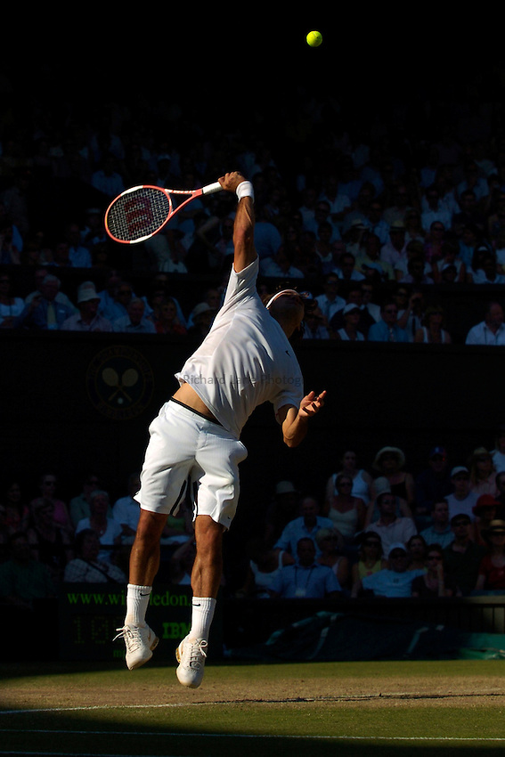 Photo: Richard Lane..Wimbledon Championships. 03/07/2006. .Roger Federer of Switzerland serves.