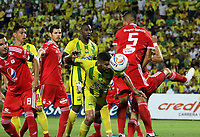 BUCARAMANGA - COLOMBIA, 08-09-2018: Gabriel Gomez (C) jugador del Atlético Bucaramanga disputa el balón con Cristian Dajome (Izq) y Larry Vasquez (Der) de América de Cali durante partido por la fecha 9 de la Liga Águila II 2018 jugado en el estadio Alfonso López de la ciudad de Bucaramanga. / Gabriel Gomez (C) player of Atletico Bucaramanga struggles the ball with Alejandro Bernal (L) and Larry Vasquez (R) players of America de Cali during match for the date 9 of the Aguila League II 2018 played at Alfonso Lopez stadium in Bucaramanga city. Photo: VizzorImage / Oscar Martínez / Cont