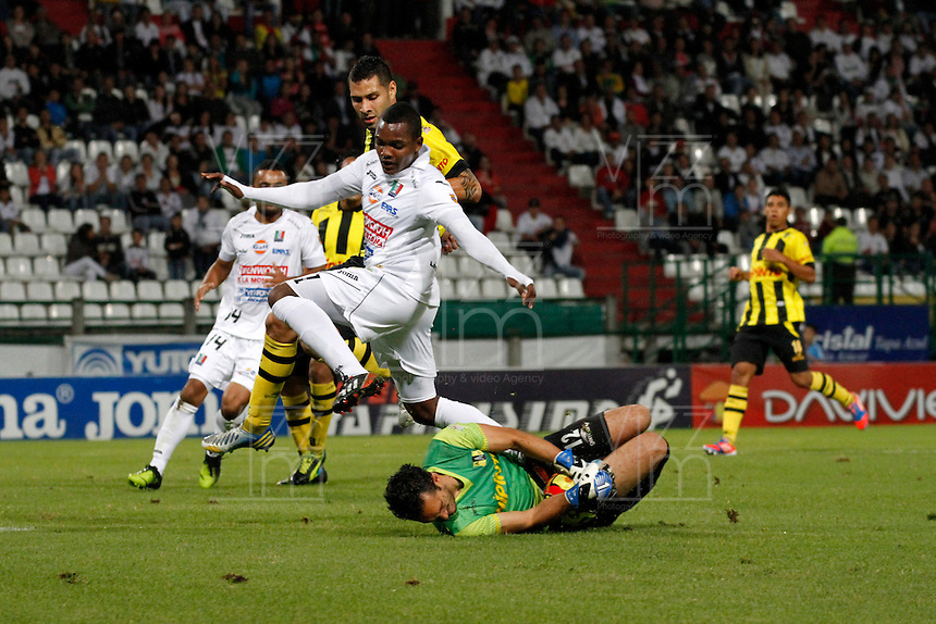 MANIZALES -COLOMBIA, 01-09-2013. Jose Izquierdo (I) de Once Caldas disputa el balón con Ricardo Jerez (D) de Alianza Petrolera  válido por la fecha 8 de la Liga Postobón II 2013 jugado en el estadio Palogrande de la ciudad de Manizales./ Once Caldas player Jose Izquierdo (L) fights for the ball with Alianza Petrolera player  Ricardo Jerez (R) during match valid for the 8th date of the Postobon  League II 2013 at Palogrande stadium in Manizales city. Photo: VizzorImage/Yonboni/STR