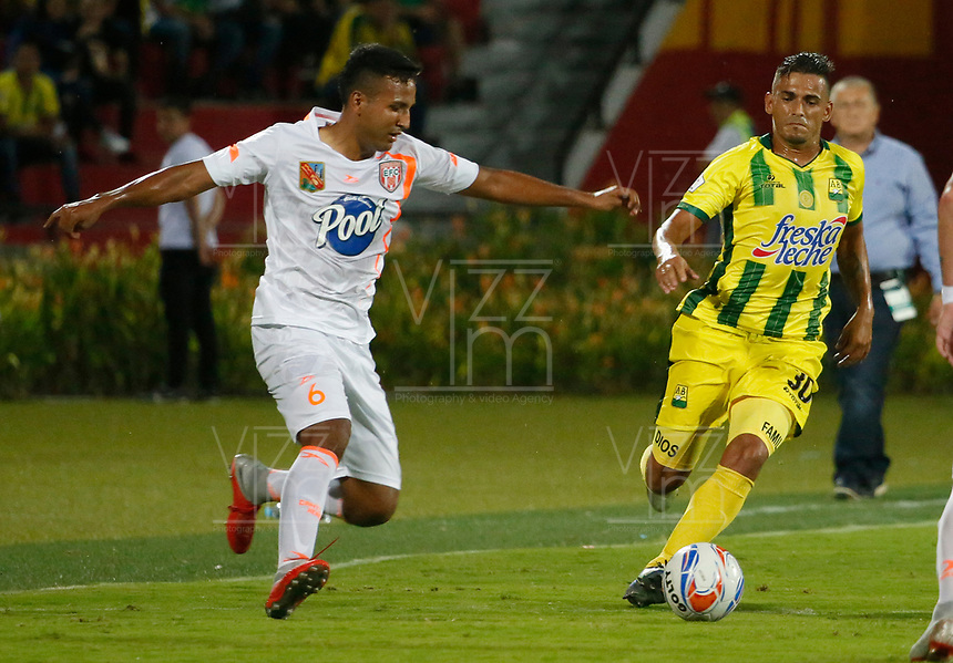 BUCARAMANGA-COLOMBIA,14 -10-2018.Cesar Quintero  (Der.) del Atlético Bucaramanga disputa el balón con Ivan Rojas (Izq.)  del Envigado durante partido por la fecha 14 de la Liga Águila II 2018 jugado en el estadio Alfonso López de la ciudad de Bucaramanga./Cesar Quintero (R) player of Atletico Bucaramanga  fights for the ball with Ivan Rojas(Izq.) of Envigado during the match for the date 14 of the Aguila League II 2018 played at Alfonso Lopez  stadium in Bucaramanga city. Photo: VizzorImage/ Oscar Martínez / Contribuidor