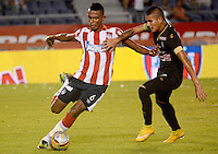 BARRANQUIILLA -COLOMBIA-08-02-2015. William Tesillo (Izq) del Atlético Junior disputa el balón con Cesar Arias (Der) jugador de Once Caldas durante partido por la fecha 2 de la Liga Águila I 2015 jugado en el estadio Metropolitano Roberto Meléndez de la ciudad de Barranquilla./ William Tesillo (L) player of Atletico Junior struggles the ball with Cesar Arias (R) player of Once Caldas during match for the second  date of the Aguila League I 2015 played at Metropolitano Roberto Melendez stadium in Barranquilla city.  Photo: VizzorImage/Alfonso Cervantes/STR