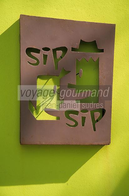 """Iles Bahamas /Ile d'Eleuthera/Harbour Island/ Dunmore Town: Enseigne du restaurant """"Sip-Sip"""" au bord de Pink Sand la célèbre plage de sable rose"""