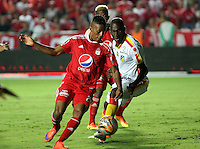 CALI -COLOMBIA, 4-09-2016. Jeison Lucumi jugador del América de Cali disputa el balón  con Jhon Montaño  del Pereira durante encuentro  por la fecha 10 vuelta  del torneo  Aguila II 2016 disputado en el estadio Pascual Guerrero./ Jaison Lucumi  player of America de Cali  celebrates fights the ball against Jhon Montaño   Pereira  during match for the date 10 of the Aguila tournament II 2016 played at Pascual Guerrero stadium in Cali. Photo:VizzorImage / Juan Carlos Quintero  / Cont