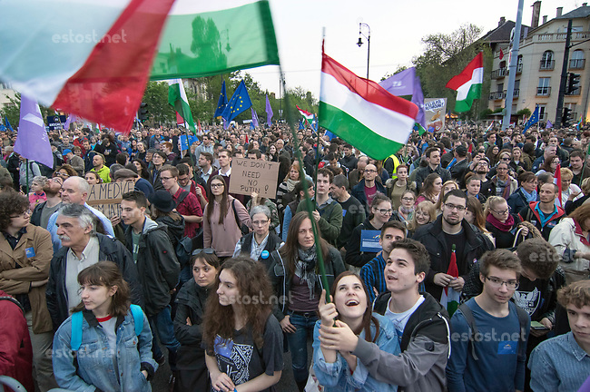 UNGARN, 01.05.2017, Budapest - XIV. Bezirk. Grossdemonstration fuer Europa und gegen den wachsenden Einfluss Russlands auf Initiative der neuen linksliberalen Partei Momentum. &ndash;Abschlusskundgebung auf dem Heldenplatz. | Mass demonstration in favour of Europe and against Russia's growing influence, initiated by the newly founded left-liberal party Momentum. -The final manifestation on Heroes square.<br /> &copy; Martin Fejer/EST&amp;OST