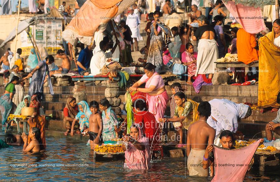 INDIA Banaras Benares Varanasi , hindu pilgrims at ritual bath at Dasaswamedh ghat in river Ganga / INDIEN Varanasi,  Hindus bei ritueller Waschung am Dasaswamedh Ghat im Fluss Ganges in Benares