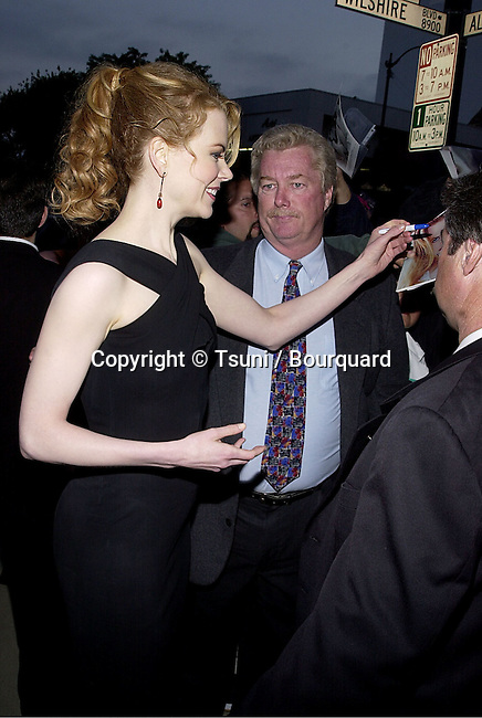 Nicole Kidman signing autograph at the premiere of MOULIN ROUGE at the Academy of Motion Picture in Los Angeles  wednesday 5/16/2001 © Tsuni          -            KidmanNicole14.jpg