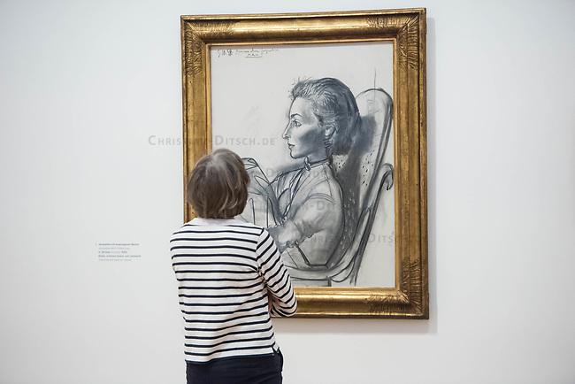 """Die Ausstellung """"Picasso. Das spaete Werk"""" wird vom 9. Maerz bis 16. Juni 2019 im Potsdamer Museum Barberini gezeigt.  Alle Leihgaben, Gemaelde, Keramiken, Skulpturen und Graphiken von Pablo Picasso (1881–1973), stammen aus der Sammlung Jacqueline Picasso (1927–1986).<br /> In der von Gastkurator Bernardo Laniado-Romero getroffenen Auswahl befinden sich zahlreiche Werke, die erstmalig in Deutschland gezeigt werden sowie einige, die zum ersten Mal in einem Museum praesentiert werden.<br /> Im Bild: """"Jacqueline mit angezogenen Beinen"""", Kohle auf Leinwand, vom 5. Oktober 1954.<br /> 7.3.2019, Potsdam<br /> Copyright: Christian-Ditsch.de<br /> [Inhaltsveraendernde Manipulation des Fotos nur nach ausdruecklicher Genehmigung des Fotografen. Vereinbarungen ueber Abtretung von Persoenlichkeitsrechten/Model Release der abgebildeten Person/Personen liegen nicht vor. NO MODEL RELEASE! Nur fuer Redaktionelle Zwecke. Don't publish without copyright Christian-Ditsch.de, Veroeffentlichung nur mit Fotografennennung, sowie gegen Honorar, MwSt. und Beleg. Konto: I N G - D i B a, IBAN DE58500105175400192269, BIC INGDDEFFXXX, Kontakt: post@christian-ditsch.de<br /> Bei der Bearbeitung der Dateiinformationen darf die Urheberkennzeichnung in den EXIF- und  IPTC-Daten nicht entfernt werden, diese sind in digitalen Medien nach §95c UrhG rechtlich geschuetzt. Der Urhebervermerk wird gemaess §13 UrhG verlangt.]"""