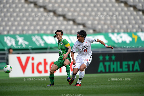 (L to R) Kazunoro Iio (Verdy), Hideaki Kitajima (Roasso),.MARCH 24, 2013 - Football /Soccer : 2013 J.LEAGUE Division 2 ,5th Sec match between Tokyo Verdy 1-1 Roasso Kumamoto at Ajinomoto Stadium, Tokyo, Japan. (Photo by Jun Tsukida/AFLO SPORT).