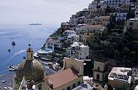 """Europe/Italie/Côte Amalfitaine/Campagnie/Positano : Depuis la terrasse de l'hôtel """"Le Sirenuse"""" le village et la coupole de Majolique de S Maria Assunta"""