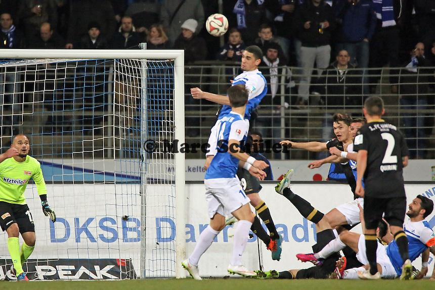 Leon Balogun (SV98) erzielt das 1:0 gegen Mohamed Ansif (Union) - SV Darmstadt 98 vs. 1. FC Union Berlin, Stadion am Boellenfalltor