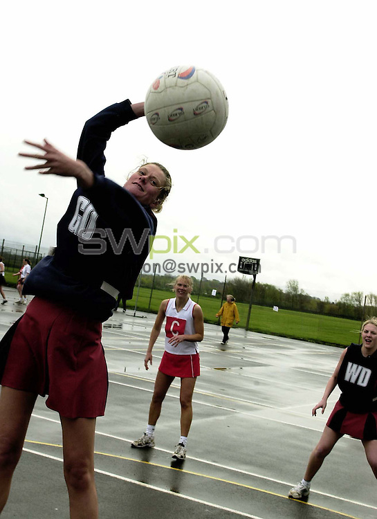 Pix: Simon Wilkinson/SWpix.com. Netball. Senior Open Inter Counties Tournament 2004. Acklam Sports Centre 18/04/04...COPYRIGHT PICTURE>>SIMON WILKINSON>>01943 608782>>.. Staffordshire and Devon East  generic netball best pic goal defence