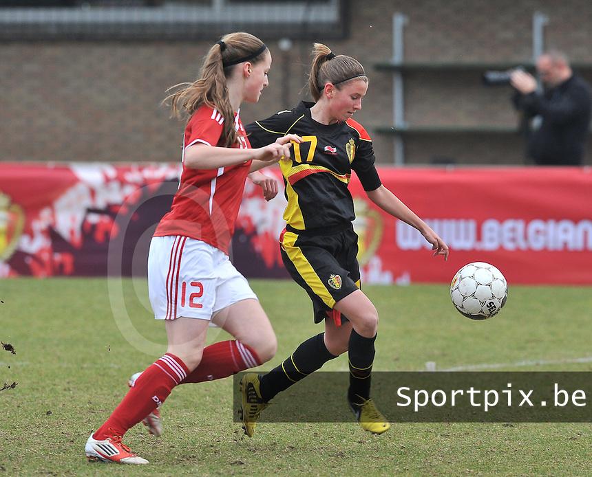 Denmark U17 - Belgium U17 : duel om de bal tussen Nicoline Sorensen (links) en Chloe Van Mingeroet.foto DAVID CATRY / Vrouwenteam.be