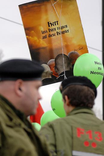 Demonstration gegen Neonaziaufmarsch in Berlin<br /> Mehrere hundert Menschen demonstrierten am Samstag den 9. Dezember 2006 in Berlin gegen einen Aufmarsch von Neonazis aus Berlin und Brandenburg. Die Neo nazis wollten fuer ein sog. &quot;Nationales Jugendzentrum&quot; im Berliner Stadtteil Neukeolln demonstrieren.<br /> Den Menschen gelang es zeitweilig die Neonazidemonstration friedlich einzukessel. So konnten die Neonazis erst mit stundenlanger Verspaetung am Demonstrationsziel ankommen.<br /> Aufgerufen zu der Gegenkundgebung hatten die Bezirkrbuergermeisterin von Berlin-Oberschoeneweide, Gabriele Schoettler, sowie die Gewerkschaft Verdi.<br /> 9.12.2006, Berlin<br /> Copyright: Christian-Ditsch.de<br /> [Inhaltsveraendernde Manipulation des Fotos nur nach ausdruecklicher Genehmigung des Fotografen. Vereinbarungen ueber Abtretung von Persoenlichkeitsrechten/Model Release der abgebildeten Person/Personen liegen nicht vor. NO MODEL RELEASE! Nur fuer Redaktionelle Zwecke. Don't publish without copyright Christian-Ditsch.de, Veroeffentlichung nur mit Fotografennennung, sowie gegen Honorar, MwSt. und Beleg. Konto: I N G - D i B a, IBAN DE58500105175400192269, BIC INGDDEFFXXX, Kontakt: post@christian-ditsch.de<br /> Bei der Bearbeitung der Dateiinformationen darf die Urheberkennzeichnung in den EXIF- und  IPTC-Daten nicht entfernt werden, diese sind in digitalen Medien nach &sect;95c UrhG rechtlich geschuetzt. Der Urhebervermerk wird gemaess &sect;13 UrhG verlangt.]
