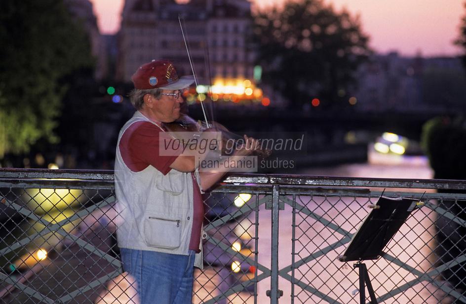 Europe/France/Ile-de-France/75004/Paris/Ile de la Cité: Violoniste [Non destiné à un usage publicitaire - Not intended for an advertising use]