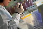 fecha:10-06-2011  Laboratorio Español de Referencia de E. coli, con base en la Facultad de Veterinaria de Lugo. En la foto una investigadora del equipo de Jorge Blanco, trabaja en el serotipado para determinar el Antigeno O, presente en la superficie de la bacteria. Foto:EFE/eliseo trigo