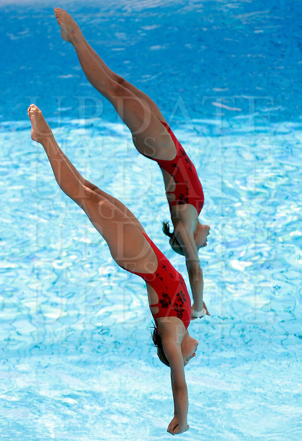 Netherland's Raisa Geurtsen and Iris Jannsen compete in the women 3-meter synchro springboard diving finals at the Swimming World Championships in Rome, 24 July 2009. .UPDATE IMAGES PRESS/Riccardo De Luca