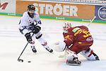 Straubings StevenSeigo (Nr.16) mit der Einschussmoeglichkeit gegen Duesseldorfs Goalie Mathias Niederberger (Nr.35)  beim Spiel in der DEL, Duesseldorfer EG (rot) - Straubinger Tigers (weiss).<br /> <br /> Foto © PIX-Sportfotos *** Foto ist honorarpflichtig! *** Auf Anfrage in hoeherer Qualitaet/Aufloesung. Belegexemplar erbeten. Veroeffentlichung ausschliesslich fuer journalistisch-publizistische Zwecke. For editorial use only.