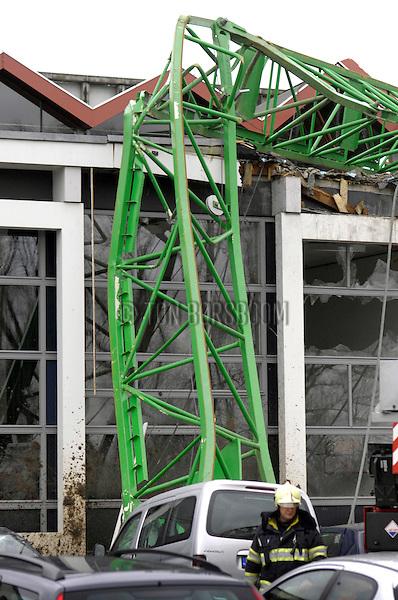 UTRECHT - Op het Utrechtse universiteitsterrein De Uithof is tijdens de bouw van studentenhuisvestingsproject Casa Confetti door Bam, een ruim zestig meter hoge bouwkraan omgevallen door de sterke storm. Hoewel de bouw stil lag vanwege windverlet raakte wel enige mensen gewond toen de kraan op een twee etage hoog universiteitsgebouw viel en daar het dak en lokalen vernietigde. COPYRIGHT TON BORSBOOM