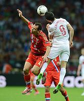 FUSSBALL  EUROPAMEISTERSCHAFT 2012   VORRUNDE Polen - Russland             12.06.2012 Sergei Ignashevich (li, Russland) gegen Robert Lewandowski (re, Polen)