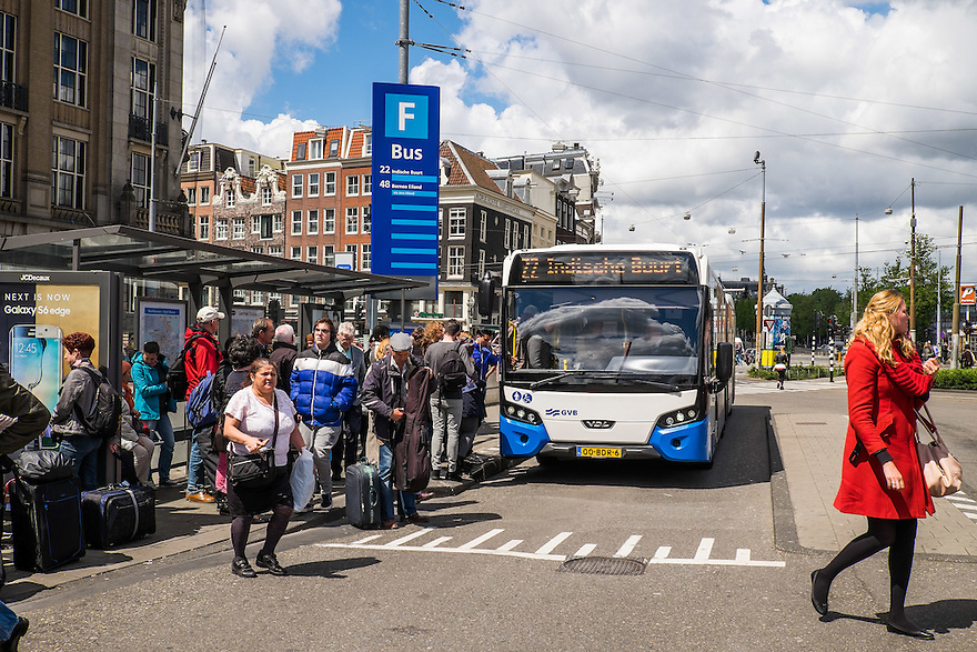 Nederland, Amsterdam, 30 mei 2015<br /> Busstation voor stadsvervoer bij ns-station Amsterdam Centraal.  <br /> Foto: Michiel Wijnbergh