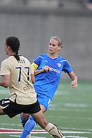 Leslie Osborne passes the ball against FC Gold Pride.