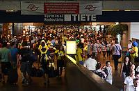 SÃO PAULO, SP, 17 DE FEVEREIRO DE 2012 - MOVIMENTACAO ROD TIETE  - Movimentação na Rodoviária do Tietê na tarde desta sexta-feira, véspera de Carnaval. FOTO: ALEXANDRE MOREIRA - BRAZIL PHOTO PRESS