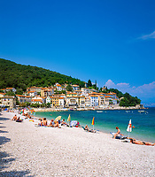 Kroatien, Kvarner Bucht, Mošćenička Draga: beliebter Badeort mit Kiesstrand in der Kvarner Bucht | Croatia, Kvarner Gulf, Mošćenička Draga: popular resort with pebble stone beach at Kvarner Gulf