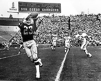 Oakland Raiders Charlie Smith hauls in pass.<br />(photo by Ron Riesterer)