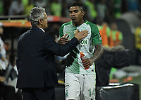 MEDELLÍN -COLOMBIA - 18-06-2017: Reinaldo Rueda técnico de Atlético Nacional saluda a Elkin Blanco durante partido de vuelta con Deportivo Cali  por la final de la Liga Águila I 2017 jugado en el estadio Atanasio Girardot de la ciudad de Medellín.  / Reinaldo Rueda coach of Atletico Nacional congrats to Elkin Blanco during second leg match against Deportivo Cali  for the final of the Aguila League I 2017 at Atanasio Girardot stadium in Medellin city. Photo: VizzorImage/ Gabriel Aponte / Staff